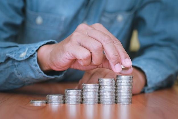 손 부분을 닫습니다 사업가 동전을 스태킹입니다.