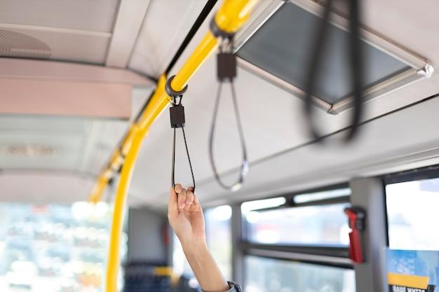 Primo piano passeggero sull'autobus
