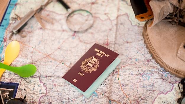 Passaporto di primo piano sulla mappa