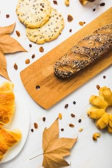 クローズアップペストリーと葉の近くにパン