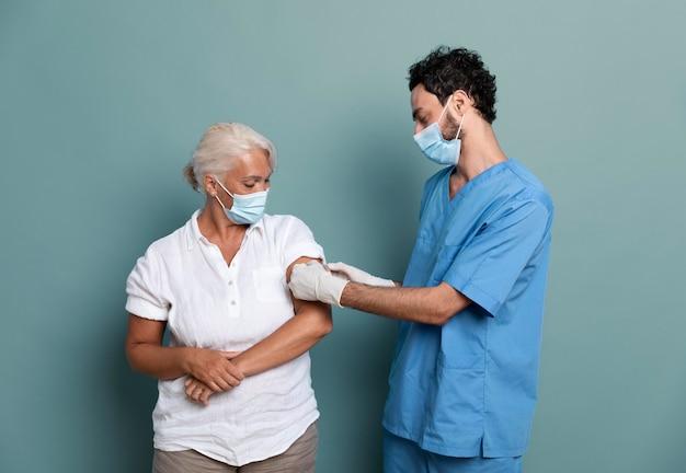 Primo piano sul paziente dopo essere stato vaccinato