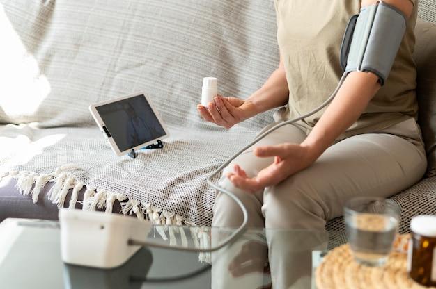 血圧を監視している患者をクローズアップ