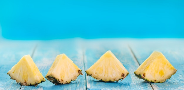 黄色のパイナップルの多くの部分のパターンを閉じる