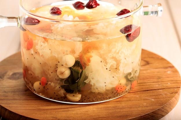 クローズアップピーチガムトリプルコラーゲンデザート、中国の伝統的なリフレッシュメント飲料には、ピーチガム、鳥の巣、赤いナツメ、シロキクラゲ、ゴジベリー、パンダンの葉、氷砂糖が含まれています。