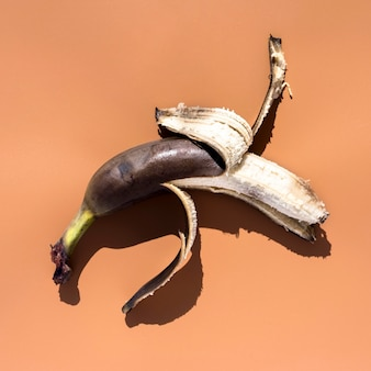 Очищенный спелый банан крупным планом