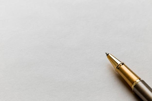 白い白紙にペンを閉じる