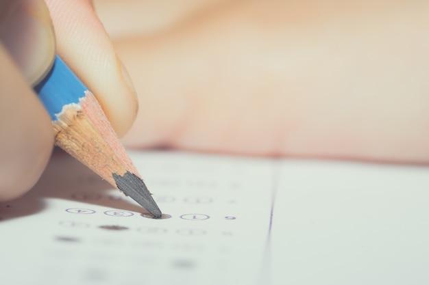 연필을 닫습니다 종이에 질문에 대한 답을 쓰세요