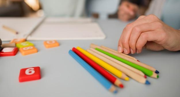 Primo piano delle matite sulla tavola durante la sessione di insegnamento a casa