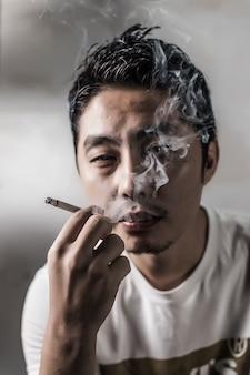 Primo piano di uomo pensieroso fumare