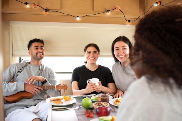食べ物でテーブルの人々をクローズアップ