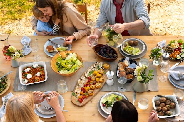 맛있는 음식과 함께 테이블에 사람들을 닫습니다