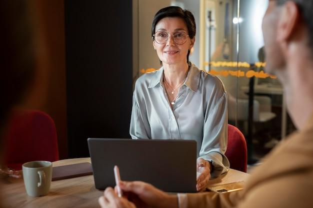 ノートパソコンで仕事中の人をクローズアップ 無料写真