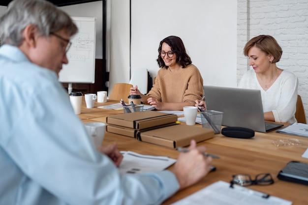 Chiudere le persone alla riunione di lavoro