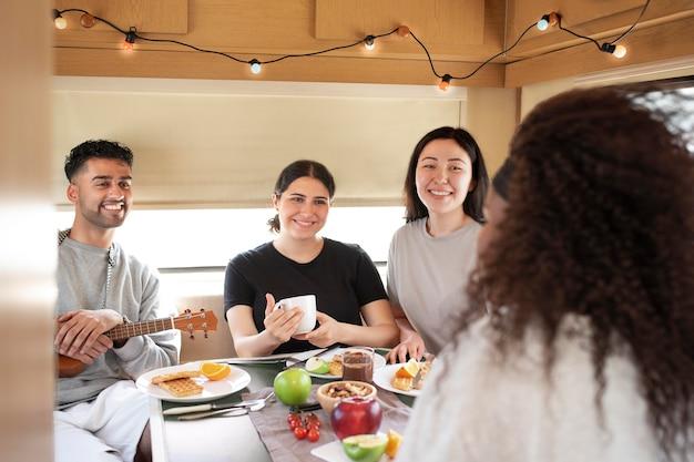 Крупным планом люди едят вместе