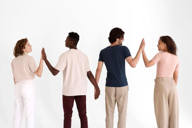 Primo piano sulle persone che diventano più forti insieme