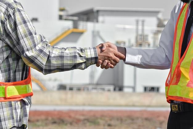 クローズアップの人々の手を振るビジネスパートナーシップの成功、シェイクハンドの概念