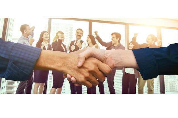 クローズアップ人の手を振るビジネスパートナーシップの成功、握手良い仕事のコンセプト