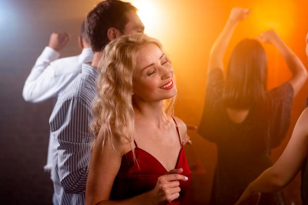 Закройте людей, весело проводящих время в клубе