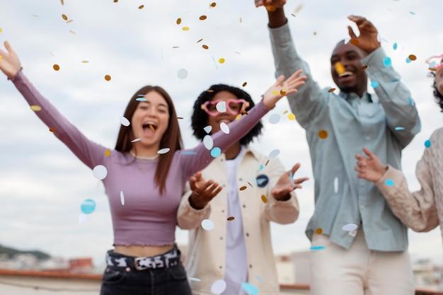 紙吹雪で人々のパーティーをクローズアップ