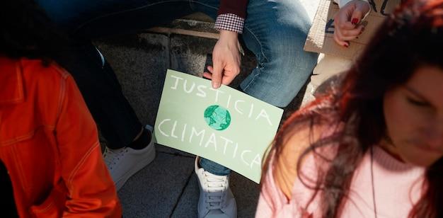 Закройте людей, протестующих за климат