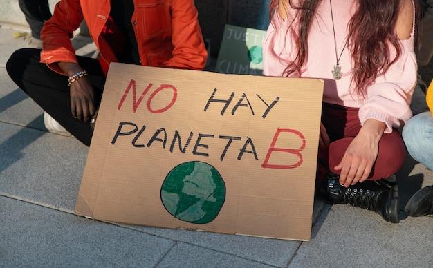 Закройте людей, протестующих за окружающую среду