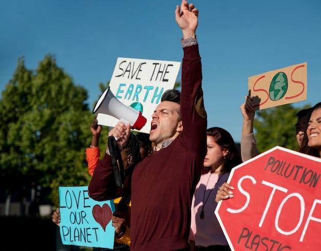 惑星を救うために抗議している人々をクローズアップ