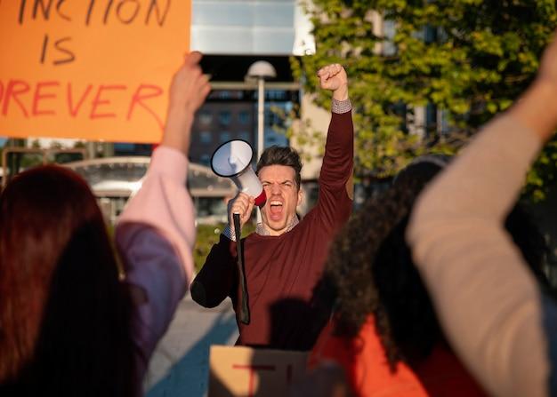 Люди крупным планом вместе протестуют