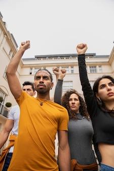 一緒に抗議している人々をクローズアップ