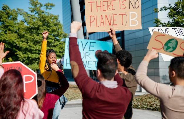 プラカードで抗議するクローズアップの人々