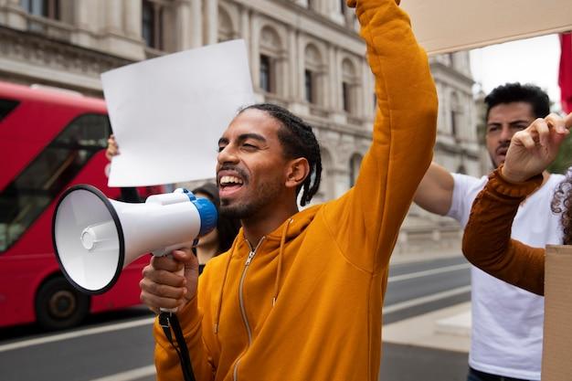 抗議する人々をクローズアップ