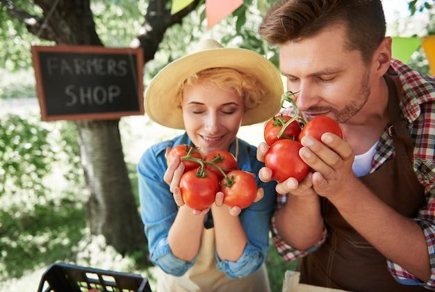 Primo piano sulle persone che vendono raccolti dal loro giardino