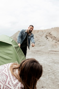 テントを張る人をクローズアップ