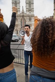 抗議で叫んでいる人々をクローズアップ