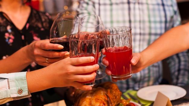 ディナーで乾杯クローズアップの人々