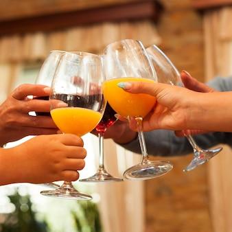 感謝祭のため乾杯のクローズアップの人々