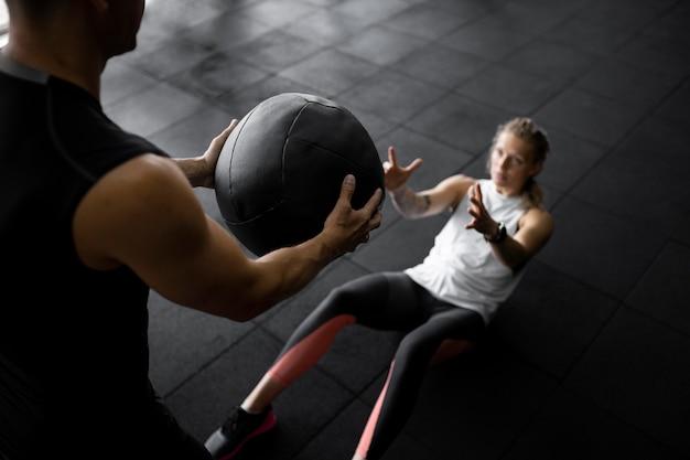 Тренировка людей с мячом крупным планом