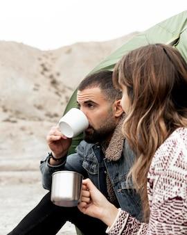 Закройте людей с кофейными чашками