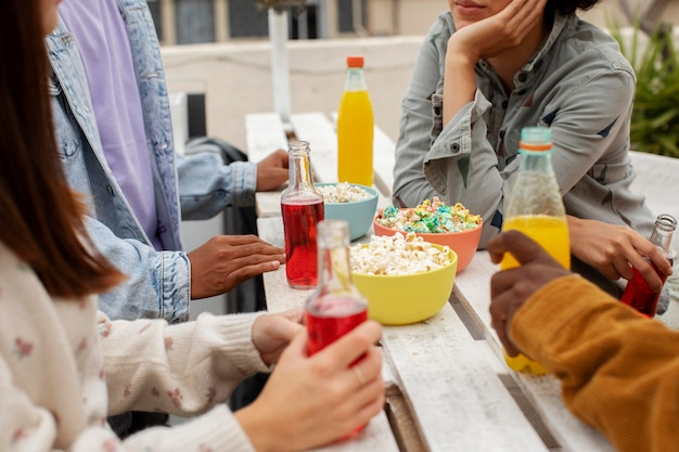 飲み物や軽食で人々をクローズアップ