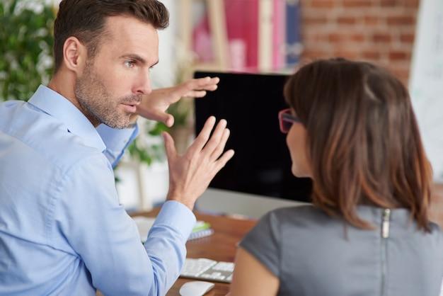 Primo piano sulle persone che lavorano in ufficio