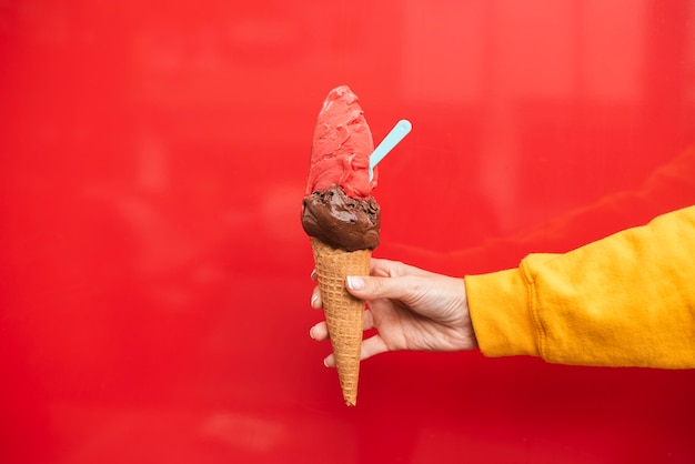 Крупным планом лицо, подняв мороженое