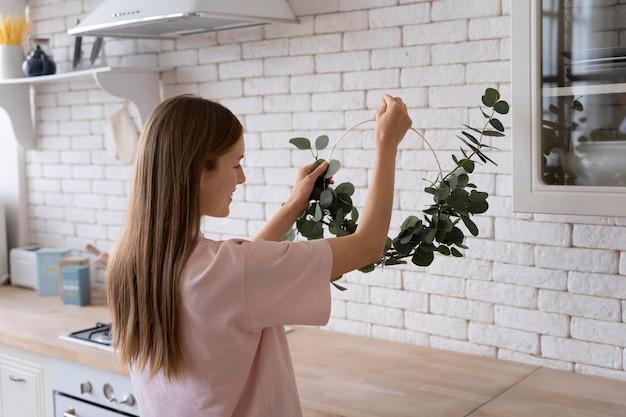 Primo piano sulla persona che rende la casa confortevole