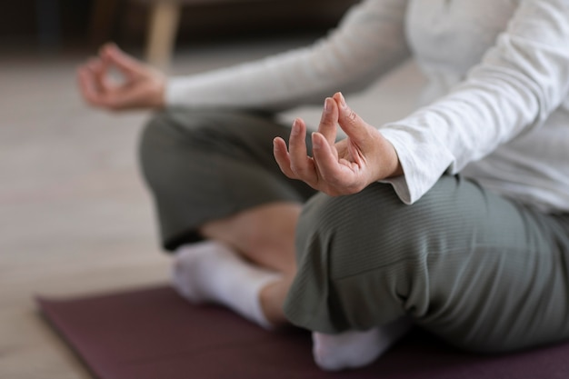 Крупным планом человек медитирует дома