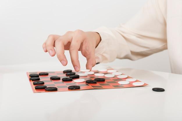 Persona di primo piano che gioca a dama