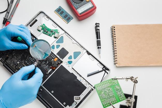 Крупным планом лицо, ремонтирующее ноутбук