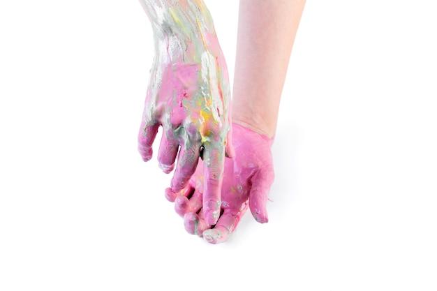 Primo piano delle mani dipinte di una persona su sfondo bianco