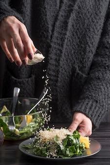 Крупный план лица приправа салат с солью