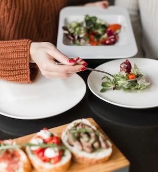 Крупным планом лицо, где подают вкусный салат