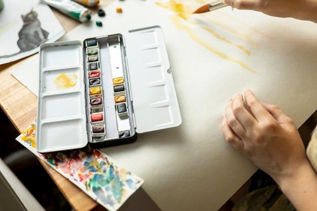 Крупным планом человек с палитрой краски