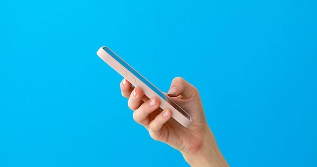 Телефон крупным планом в руке, вид сбоку