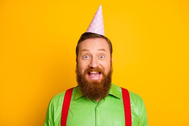 クローズアップ写真びっくりクレイジー面白い紳士は誕生日パーティーを祝う信じられないほどの贈り物サプライズプレゼント感動悲鳴すごいomg着用格好良い服孤立した黄色